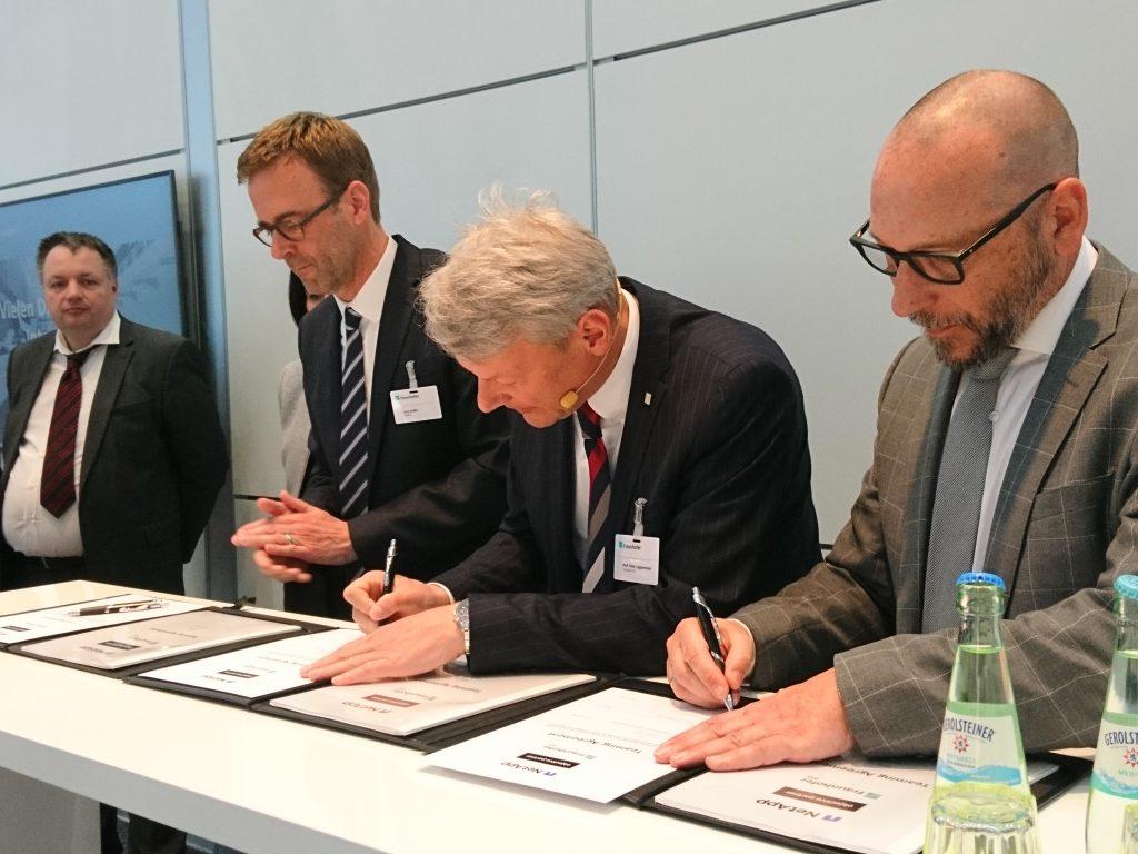 Ein Messe-Highlight war die Vertragsunterzeichnung, mit der die Partner objective Partner, Fraunhofer IESE und NetApp (von rechts) ihre Kooperation offiziell besiegelten.