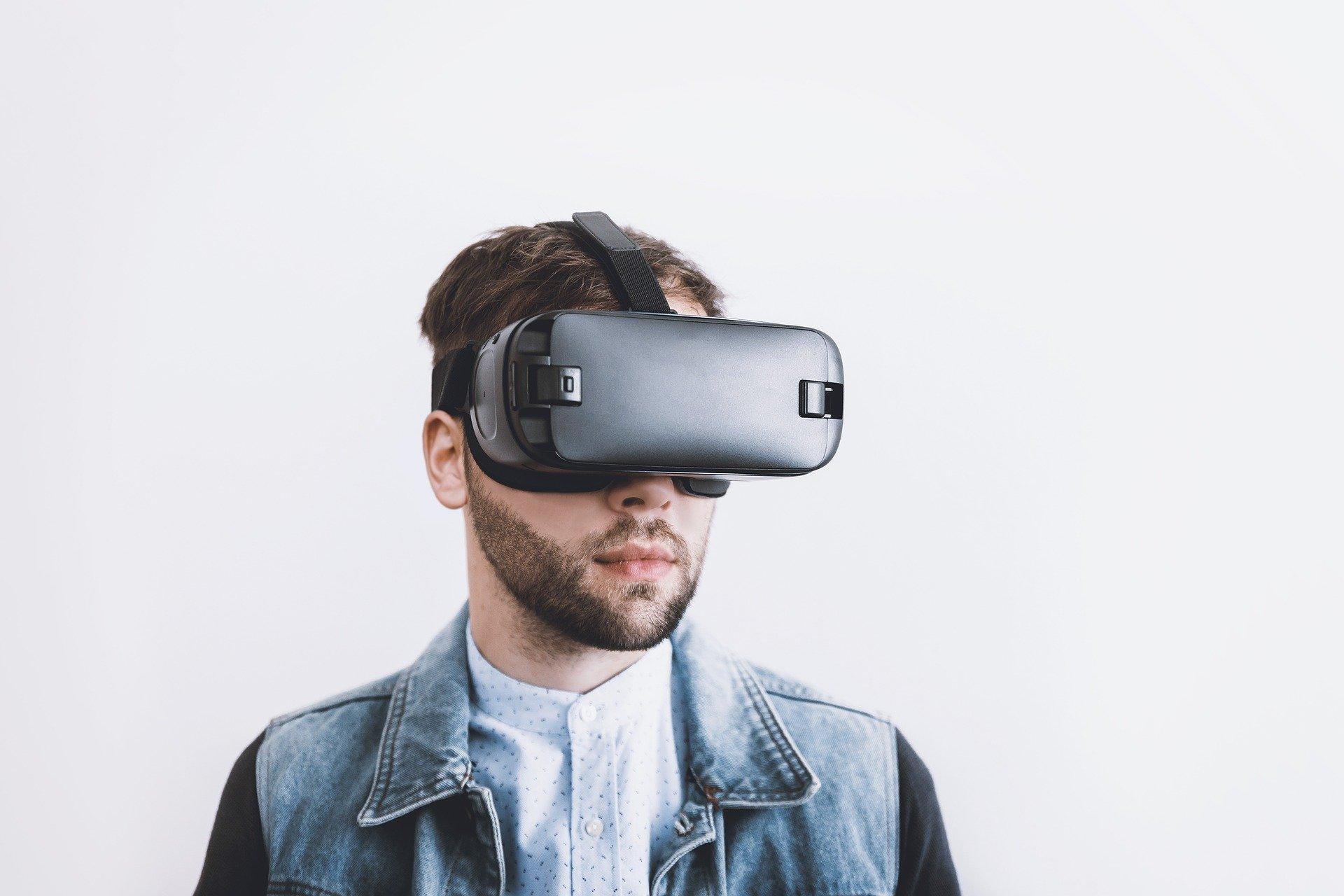 VR-Brillen versetzen den Nutzer beispielsweise in eine Vortragssituation, wo er unter realistischen Bedingungen seine Präsentationsqualitäten verbessern kann.