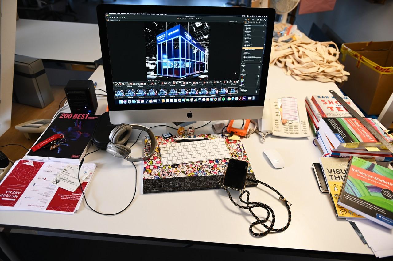 """Der Schreibtisch von Mario Villanueva: """"Viele Bücher und bisschen Chaos wie immer halt."""" Man erkennt auf den ersten Blick, dass hier kreativ gearbeitet wird."""
