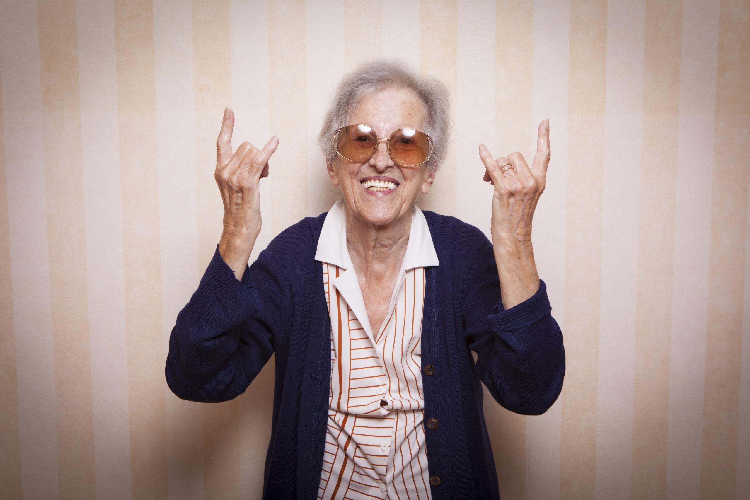 Oma rockt Symbolbild Aufmerksamkeit